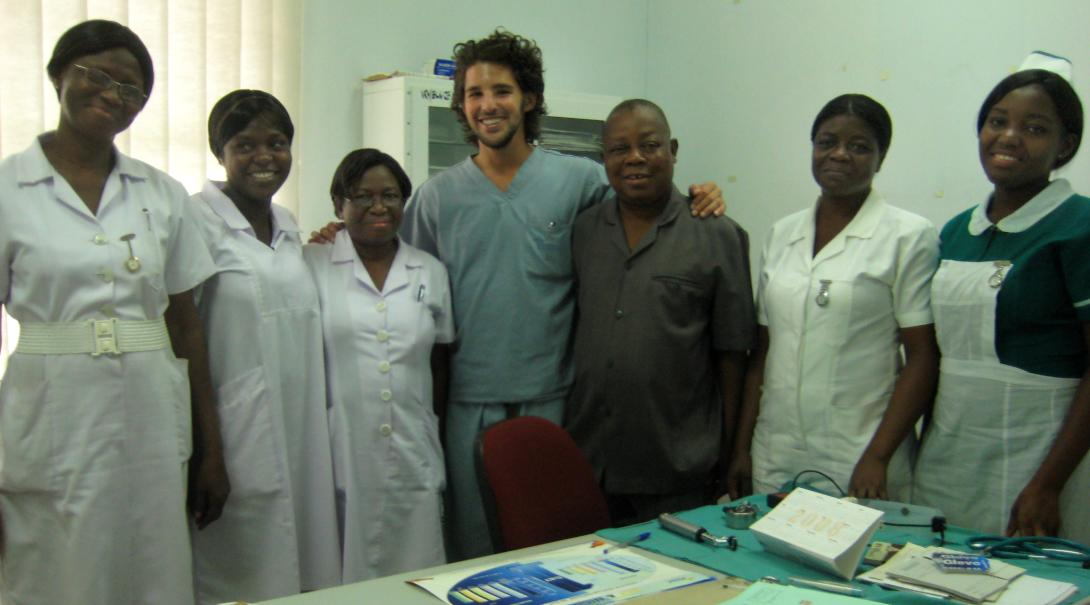 Projects Abroad Medicine volunteer joins doctors and nurses on their daily rounds at the hospital in Ghana.